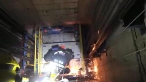 轨交10号线新天地站电梯故障4人被困 消防到场救人