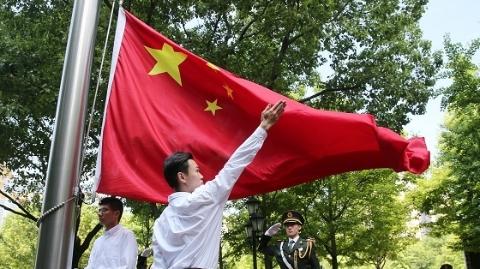 港澳青年代表:第一次,我们在国歌广场升起国旗