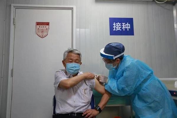 80岁周良辅院士今天接种新冠疫苗