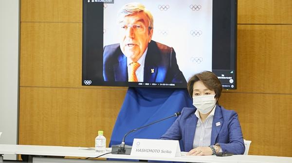 疫情形势不见好转,为何巴赫和菅义伟还承诺东京奥运将如期举行?