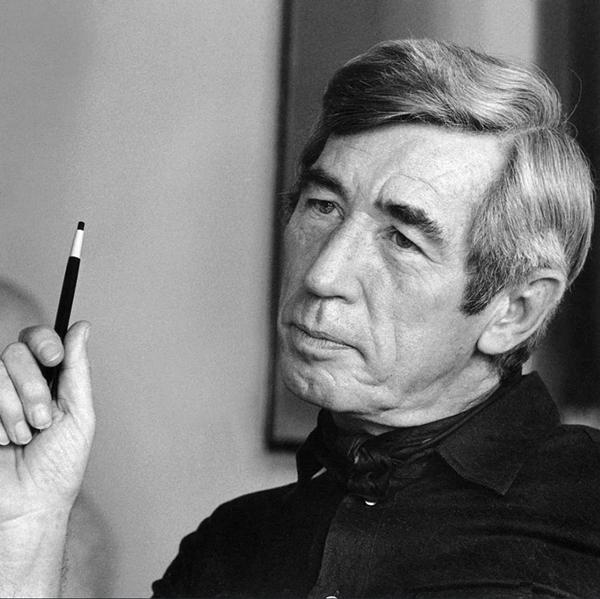 埃尔热肖像照。_Hergé - Moulinsart 2021_副本.jpg
