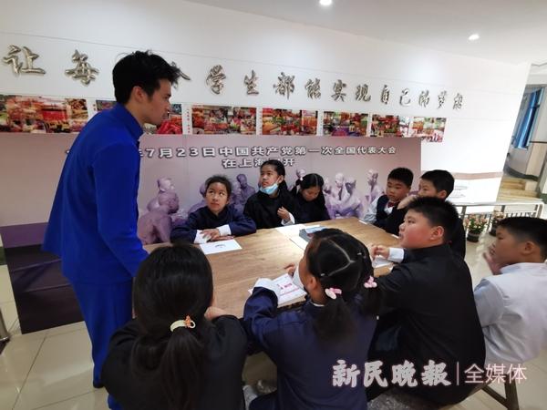 同学们以代表的身份体验中共一大召开的过程-吴旭颖_副本.jpg