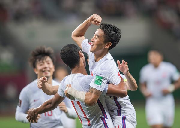 中国队球员阿兰(左前)在打入中国队第七粒进球后与队友韦世豪庆祝-新华社XxjpseC007378_20210530_PEPFN1A001_副本.jpg