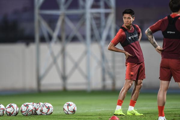 中国球员韦世豪(左)在训练中-新华社XxjpseC007206_20191112_PEPFN1A001_副本.jpg