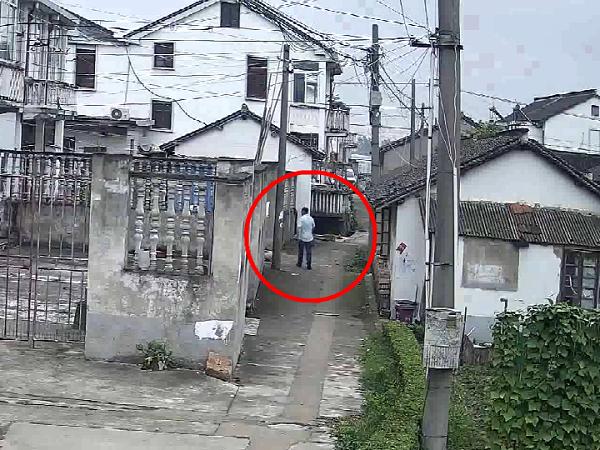 嫌疑人趁周边无人注意,潜入被害人院落中作案.png