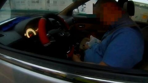 """马路上一位面包车司机""""晕睡""""在车里?真相是……"""