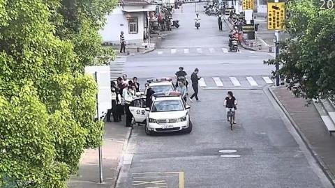 这位民警一声吼,逼得小偷无路走