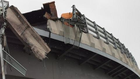 险!今天上午G60一卡车侧翻后水泥墙悬吊半空 多部门赶赴现场处置