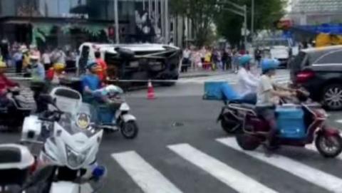 今天下午张杨路南泉北路一救护车被撞侧翻 未载病人无伤亡
