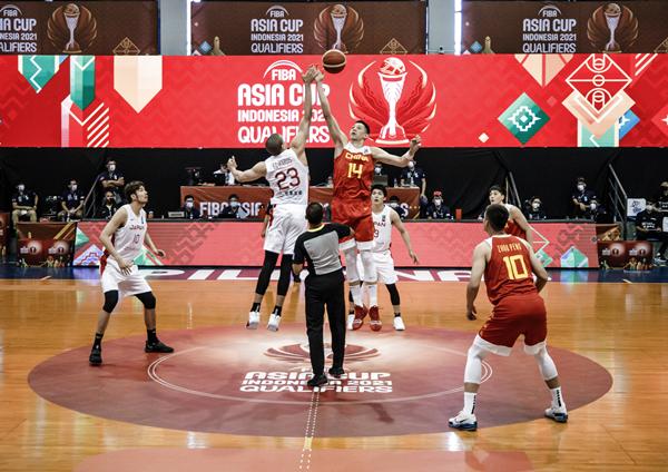 中国队球员沈梓捷(上右)在比赛开始时跳球-新华社downLoad-20210617081920_副本.jpg