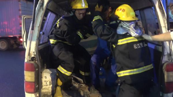 四人被困追尾车辆里 被消防人员5分钟救出