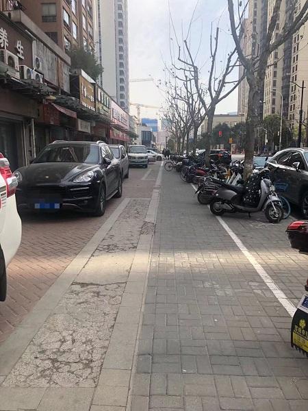 居民出门安全隐患重重 小区人行道多年被沿街商铺占用