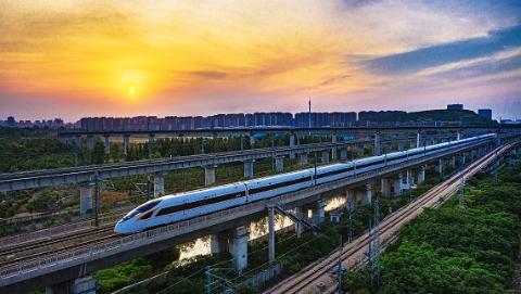 """铁路6月25日实行第三季度列车运行图 京沪间时速350公里""""复兴号""""增至13.5对"""
