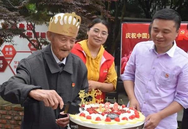为百岁老党员举行生日庆贺活动.jpg