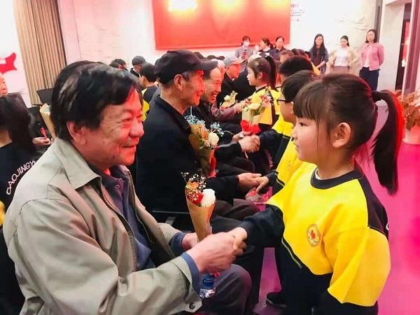 漕泾幼儿园小朋友为老党员献小红花.jpg