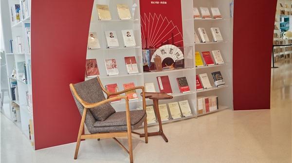 书页上的色彩里,红色最厚重 上海出版界文学界人士回顾成果展望未来