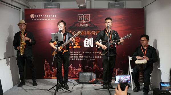 曾在上海唱来一个家的阿杜,如今把红色旋律唱到街头