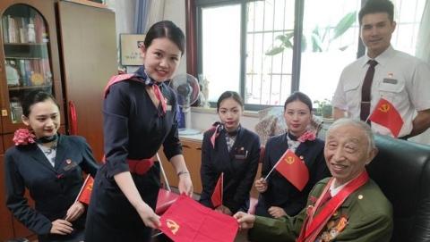 东航乘务员亲手绣制党旗手帕,送给志愿军老战士表达崇高敬意