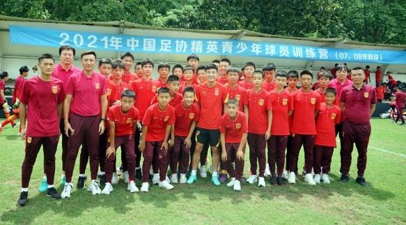 中国足协U14精英青训营崇明基地开营 陈戌源寄语根宝师徒