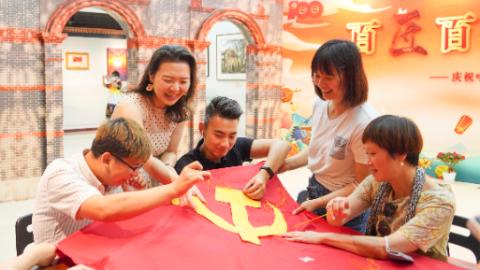 200余件非遗精品亮相黄浦,传承人、市民共绣党旗诉说心中信仰