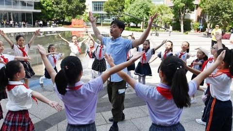 蓝天下,黄豆豆带领百名申城儿童跳起《闪闪的红星》