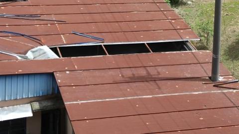 """六百平方米铁皮屋顶长期""""开天窗"""" 墙面裂缝大到能透光"""