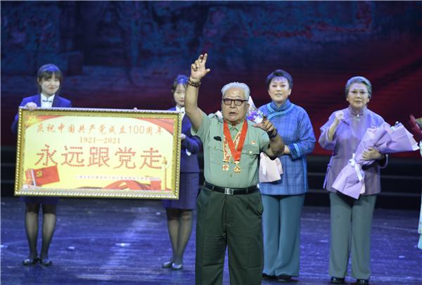 王付明带领全场观众一起高唱《没有共产党就没有新中国》.jpg