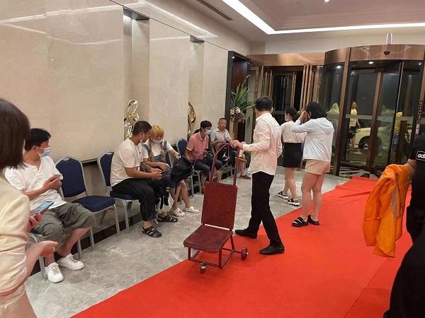 酒店为滞留旅客提供免费热水毛巾.jpg