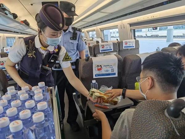 G3176次列车乘务员向旅客发放应急食品 采访对象提供.jpg