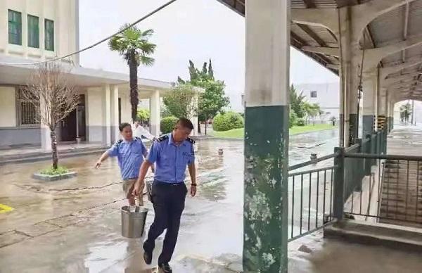 Y206次旅游列车被困于陇海线中牟站,列车职工正在提水.jpg