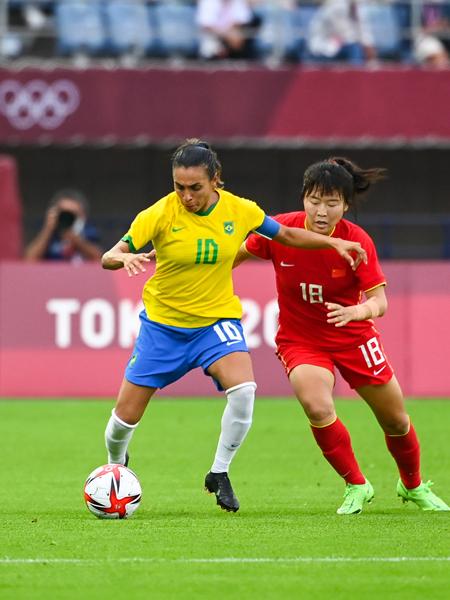 巴西队球员玛塔(左)在比赛中与中国队球员乌日古木拉拼抢-新华社downLoad-20210722083020_副本.jpg