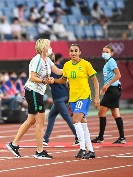 教练皮娅(左)和巴西队球员玛塔(前右)-新华社downLoad-20210722082859_副本.jpg