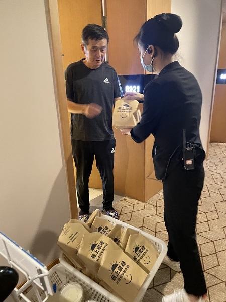 酒店工作为上海游客送去点心.jpg