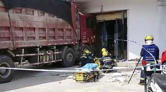 外青松公路鹤如路卡车冲上人行道撞上店铺外墙 两名路人受伤