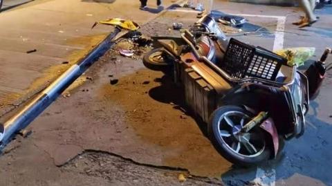 女司机撞路牌撞电瓶车又撞汽车 一查,酒驾!