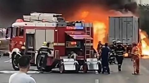 昨晚沪翔高速一集卡起火轮胎烧爆 拥堵一度超过2公里