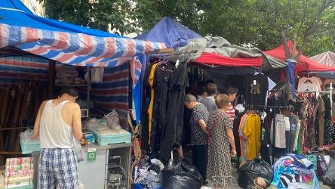 人行道上搭起简易棚卖肉卖菜 居民担忧安全隐患