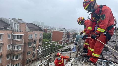 """迎战""""烟花"""",上海消防救援部门上午""""高空排险"""""""