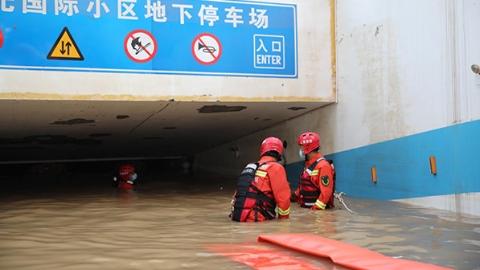 河南安阳居民区地下车库积水超10万立方米 上海消防增援力量彻夜排涝