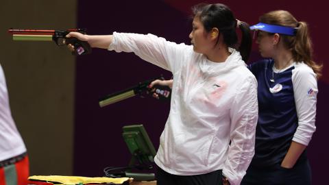 金鸿一瞥|姜冉馨为上海斩获首枚奖牌,她把偶像陶璐娜送的手枪模型一直挂在背包