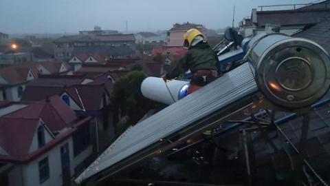 昨夜今晨奉贤一居民楼顶多个热水器被吹翻 消防紧急处置