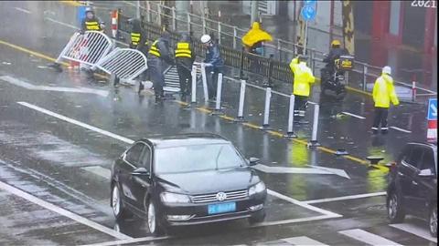 5分钟两起!松江警方快速处置路面护栏倾倒意外