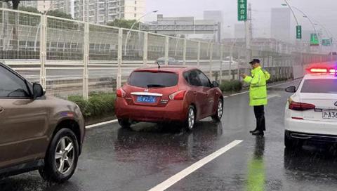 """徐汇警方全力做好台风""""烟花""""防御应对工作"""