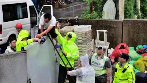 凌晨水位突涨二十年未遇 民警迅速行动撤离码头值守人员