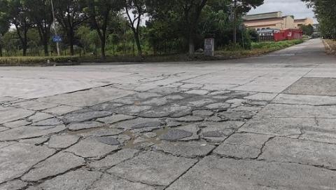 夏令热线 | 路面龟裂坑洼 大车停车占道