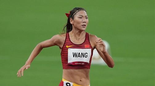 """中国""""女飞人""""!扎着大红蝴蝶结的她改写了中国田径的历史"""
