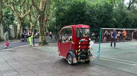 """鲁迅公园内部分老年代步车""""横冲直撞"""" 市民希望加强管理"""