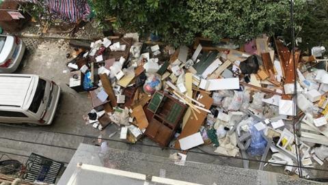 小区垃圾堆积成山 占用道路使人烦