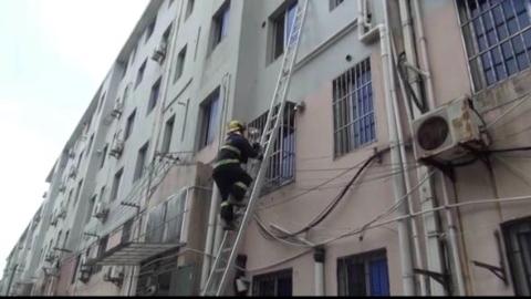 险!8旬老人被困家中 消防队员架设拉梯救援