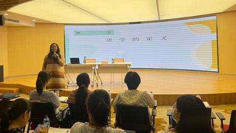 彭浦镇妇联干部勤学服务社区妇女儿童知识技能